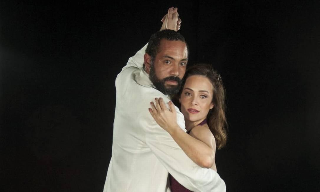 Silvio Guindane e Gabriela Duarte, em cena do espetáculo Perfume de Mulher Foto: Dalton Valério / Divulgação