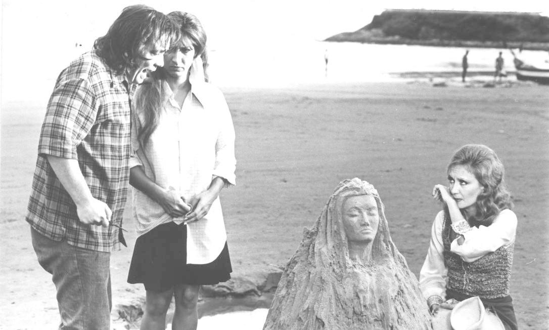Gianfrancesco Guarnieri no papel de Tonho da Lua, em cena com a atriz Eva Wilma, que vivia as gêmeas Ruth e Raquel, na primeira versão de Mulheres de areia Foto: Divulgação