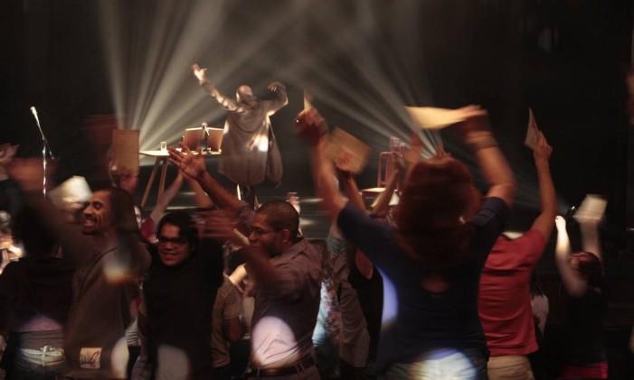 """Cena da peça """"Missa para Clarice — Um espetáculo sobre o homem e seu Deus"""", que propõe interação com a plateia Foto: Fernanda Mantovani / Divulgação"""