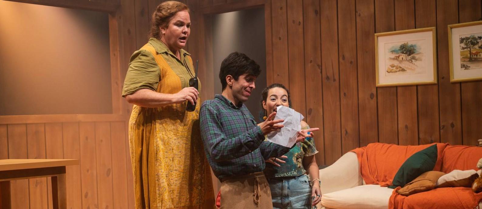 """Dida Camero, Caio Scot e Manu Hashimoto, em cena da peça """"Como se um trem passasse"""" Foto: Patrick Gomez / Divulgação"""