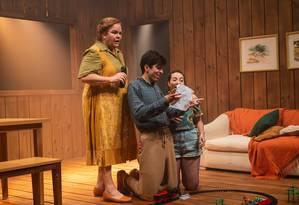 Dida Camero, Caio Scot e Manu Hashimoto, em cena da peça