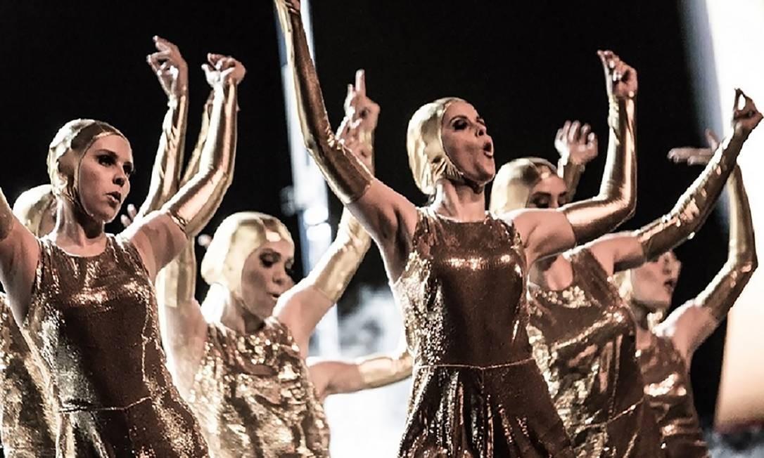 """Novidade no Teatro Bradesco, na Barra, """"Um dia na Broadway"""" anda em ritmo acelerado. Megaprodução idealizada por Billy Bond, o musical une números arrojados de dança a truques movidos por alta tecnologia — como levitação e palco giratório — para narrar os encontros e desencontros de uma família em férias por Nova York. São até 32 pessoas em cena simultaneamente, entre atores, bailarinos e músicos. Foto: Henrique Tarricone / Divulgação"""
