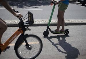 Patinetes e bicicletas na ciclovia de Ipanema Foto: Márcia Foletto / Agência O Globo