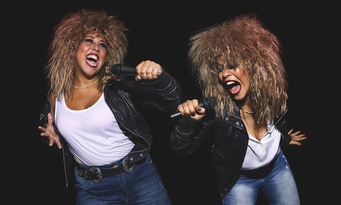 """As atrizes Evelyn Castro e Kacau Gomes, em cena de """"Quebrando regras — Um tributo a Tina Turner' Foto: Dan Coelho / Divulgação"""