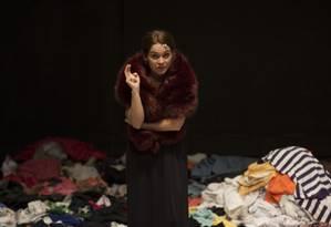 A atriz Cláudia Abreu, em cena da peça 'Pi — Panorâmica insana' Foto: Guito Moreto / Divulgação