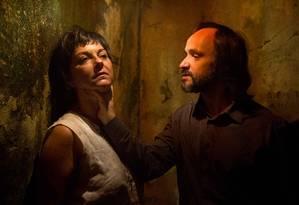 Ticiana Passos e Renato Reston, em cena da peça 'Milagre na cela' Foto: Divulgação