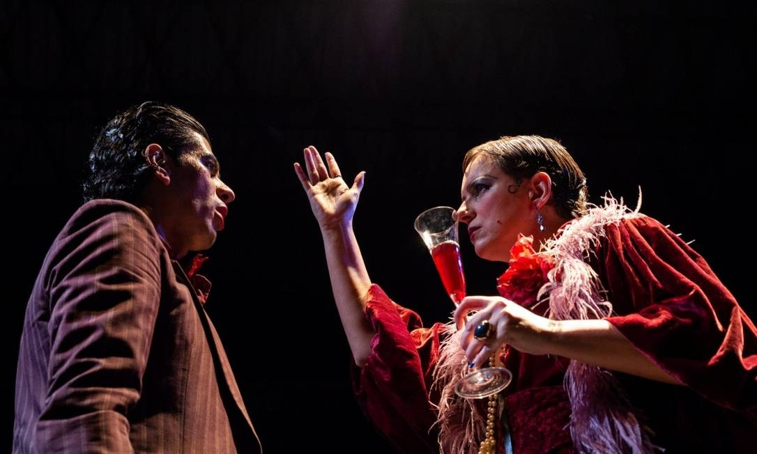 Os atores Leonardo Hinckel e Tuca Moraes, em cena da peça 'Luz nas trevas' Foto: Renam Brandão / Divulgação