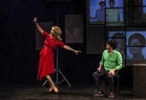 Julia Lemmertz e Pedroca Monteiro, em cena de 'Simples assim' Foto: Victor Hugo Cecatto / Divulgação