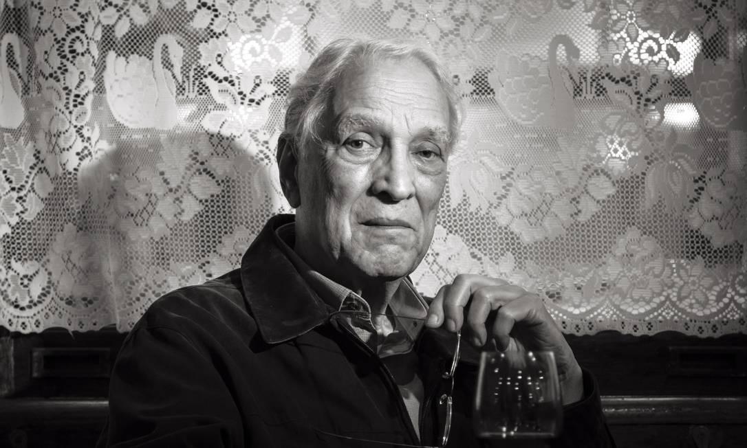 Luiz Alfredo Garcia-Roza em 2016, em Copacabana, bairro onde se passa a maioria de seus livros Foto: Leo Martins / Agência O Globo