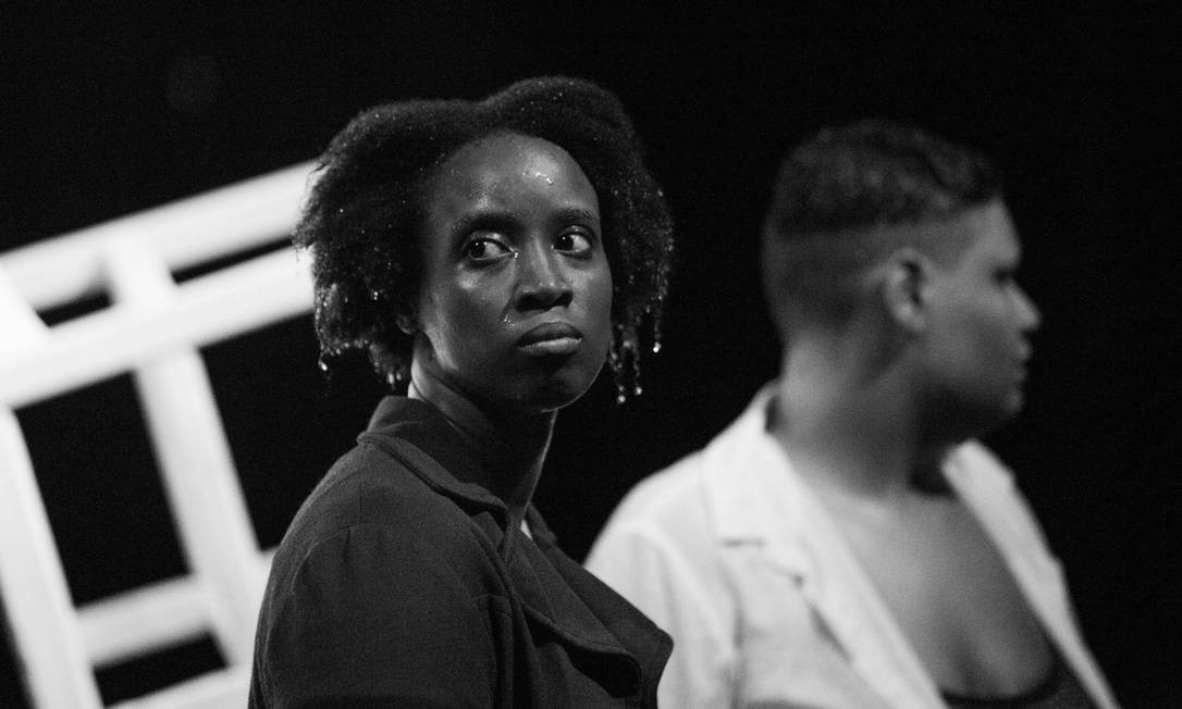 Cena do espetáculo 'Isto é um negro?' Foto: Rodrigo de Oliveira / Divulgação