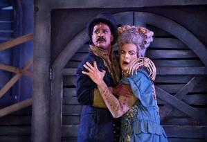 Mateus Solano e Luís Miranda em cena da peça