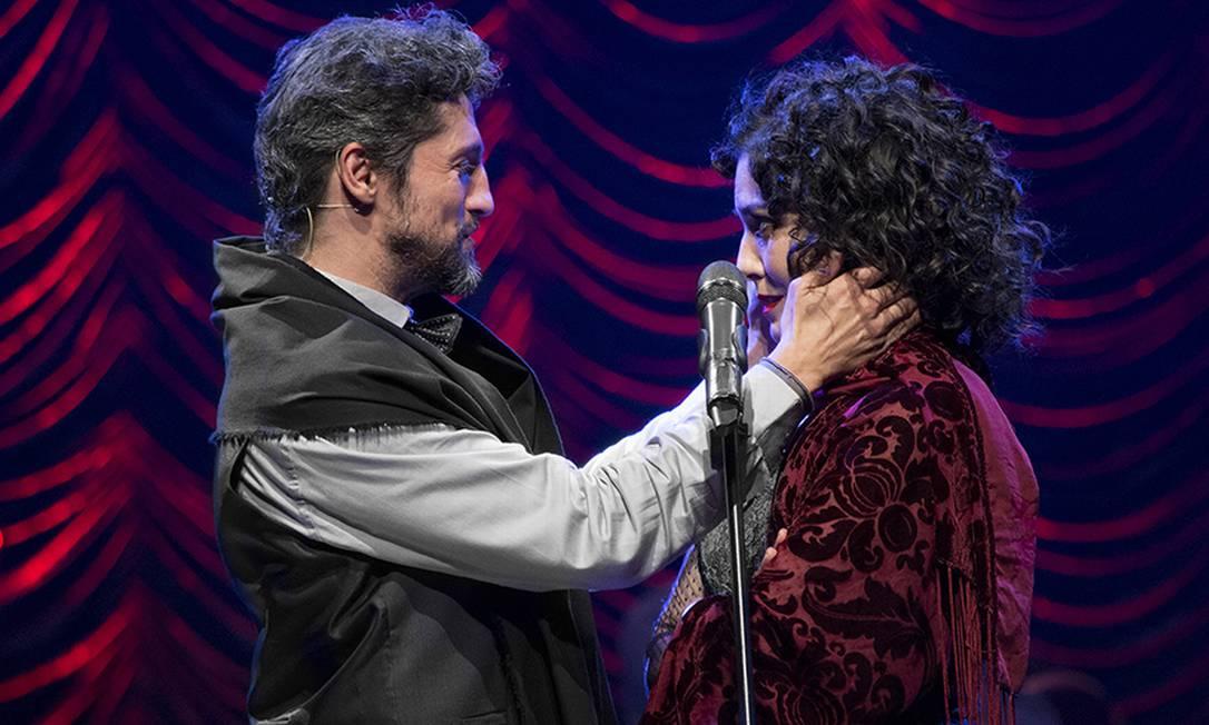 Fernando Alves Pinto e Leticia Sabatella em cena de 'Piaf e Brecht, a vida em vermelho' Foto: Daniel Bianchini / Divulgação
