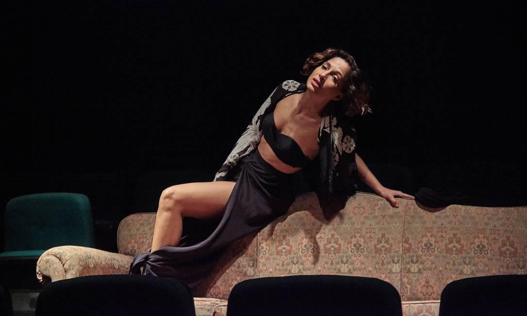 A atriz Camila Pitanga, em cena da peça 'Por que não vivemos?' Foto: Nana Moraes / Divulgação