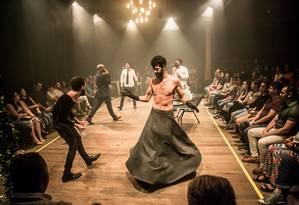 Cena da peça 'Dinamarca', do grupo Magiluth Foto: Jorge Farias / Divulgação