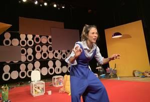 Miá Mello em cena da peça 'Mãe fora da caixa' Foto: Carlos Grun / Divulgação