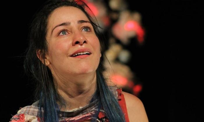 Jéssika Menkel, em cena da peça 'Cálculo ilógico' Foto: Bia Chaves / Divulgação