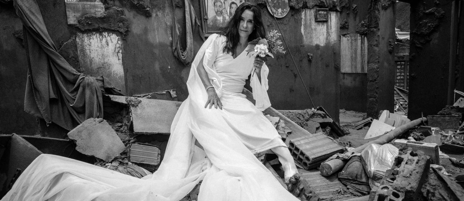 Lucélia Santos, em cena do filme 'A serpente', rodado nos escombros da cidade de Mariana (MG): atriz interpreta irmãs gêmeas que dividem o mesmo homem Foto: Xande Pirez / Divulgação