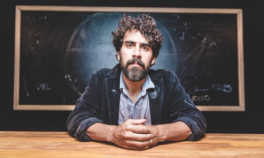 Renato Livera, em cena da peça 'Colônia' Foto: Patrick Sister / Divulgação