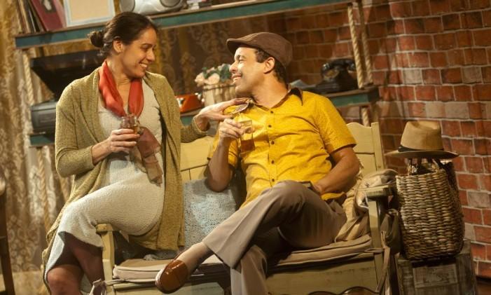 Os atores Claudia Mauro e Édio Nunes, em cena da peça 'A vida passou por aqui' Foto: Dalton Valerio / Divulgação