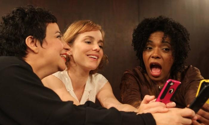 Aline Carrocino, Diana Herzog e Vilma Melo, em cena da peça 'Vale night' Foto: Clara Linharte / Divulgação
