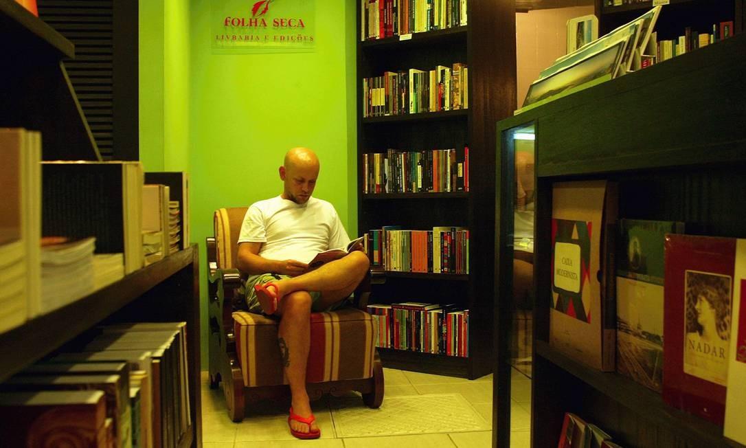 Em 2004, um jovem Simas folheia um livro na Livraria Folha Seca, na Rua do Ouvidor Foto: Simone Marinho / Agência O Globo