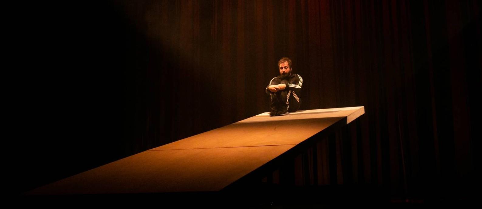 Gregório Duvivier, em cena da peça 'Sísifo' Foto: Annelize Tozetto / Divulgação