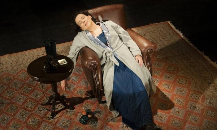Ana Beatriz Nogueira, em cena da peça 'Um dia a menos' Foto: Dalton Valerio / Divulgação