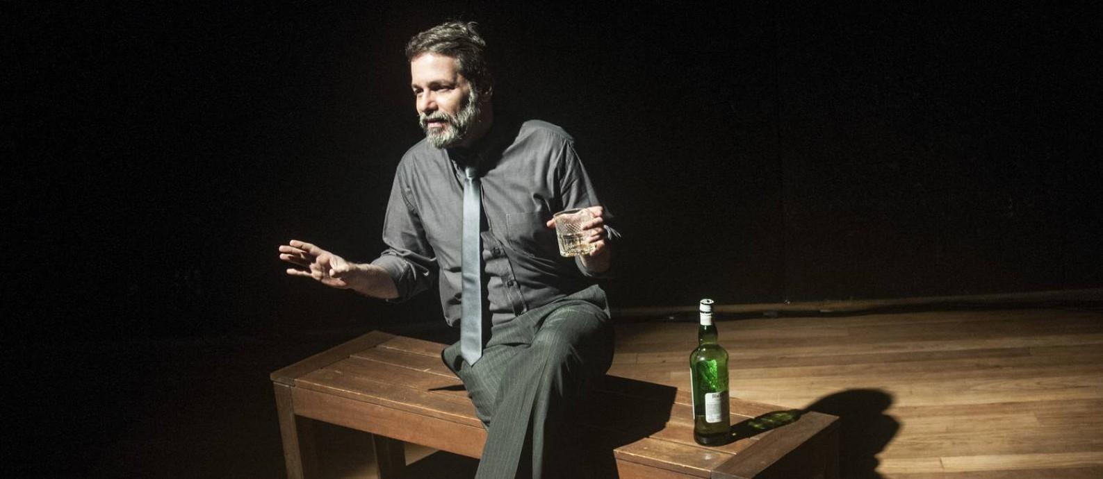Leonardo Netto, em cena da peça '3 maneiras de tocar no assunto' Foto: Dalton Valerio / Divulgação