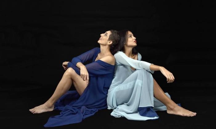 As atrizes Giovanna de Toni e Dayanna Maiadão, em cena da peça 'Maravilhoso escândalo' Foto: Serginho Carvalho / Divulgação