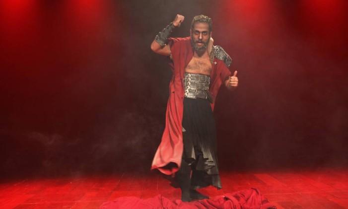 Rohan Baruck, em cena da peça 'Olho por olho' Foto: Gérsica Telles / Divulgação
