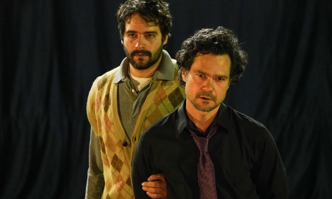 Os atores Gabriel Gracindo e Guilherme Winter, em cena da peça 'Perdido' Foto: Mauricio Val / Divulgação