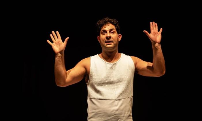 Cleber Tolini, em cena da peça 'O subnormal' Foto: Eduardo Petrini / Divulgação