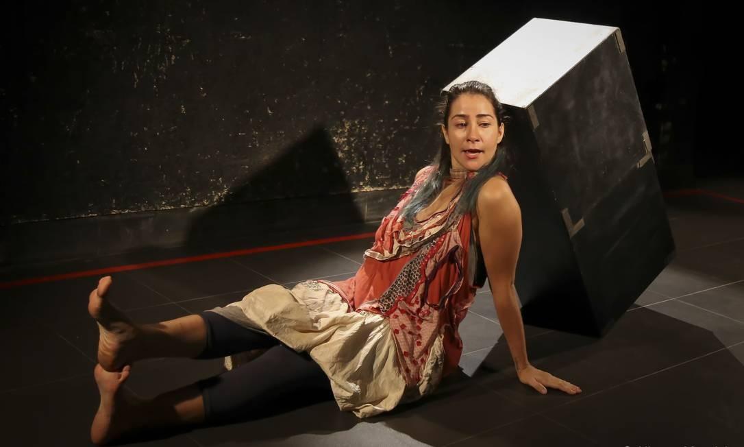 Jéssika Menkel, em cena do espetáculo 'Cálculo ilógico' Foto: Alberto Mauricio / Divulgação