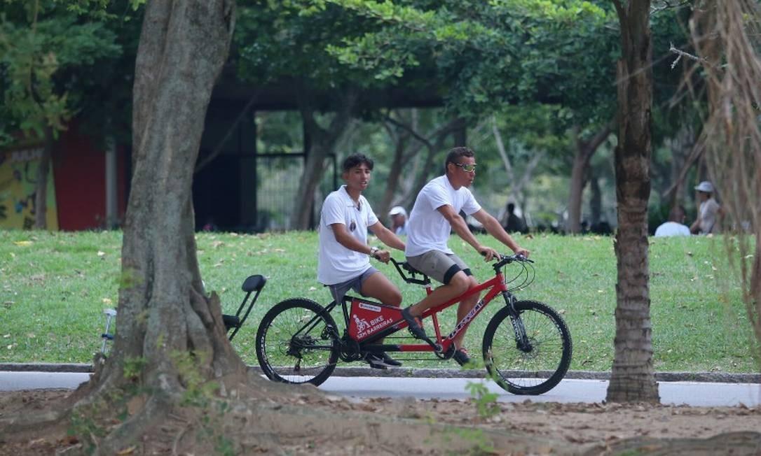 O projeto Bike Sem Barreiras, no Aterro do Flamengo, oferece bicicletas duplas adaptadas para pessoas amputadas e com deficiência visual Foto: Fabiano Rocha / Agência O Globo