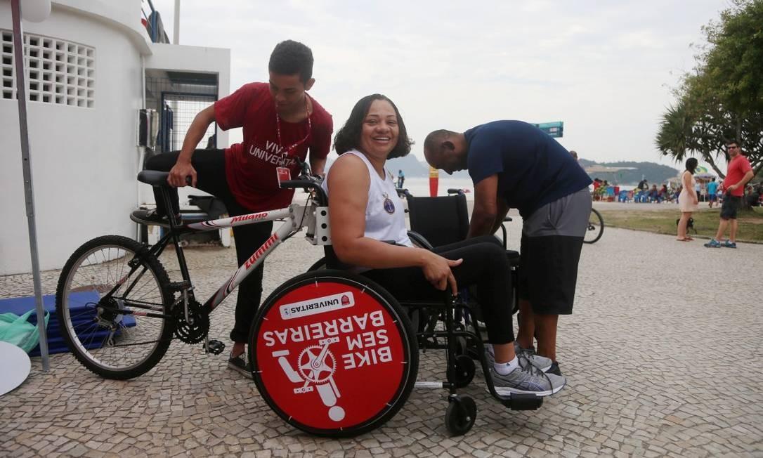 Há bicicletas adaptadas com uma cadeira de rodas no lugar da roda dianteira Foto: Fabiano Rocha / Agência O Globo