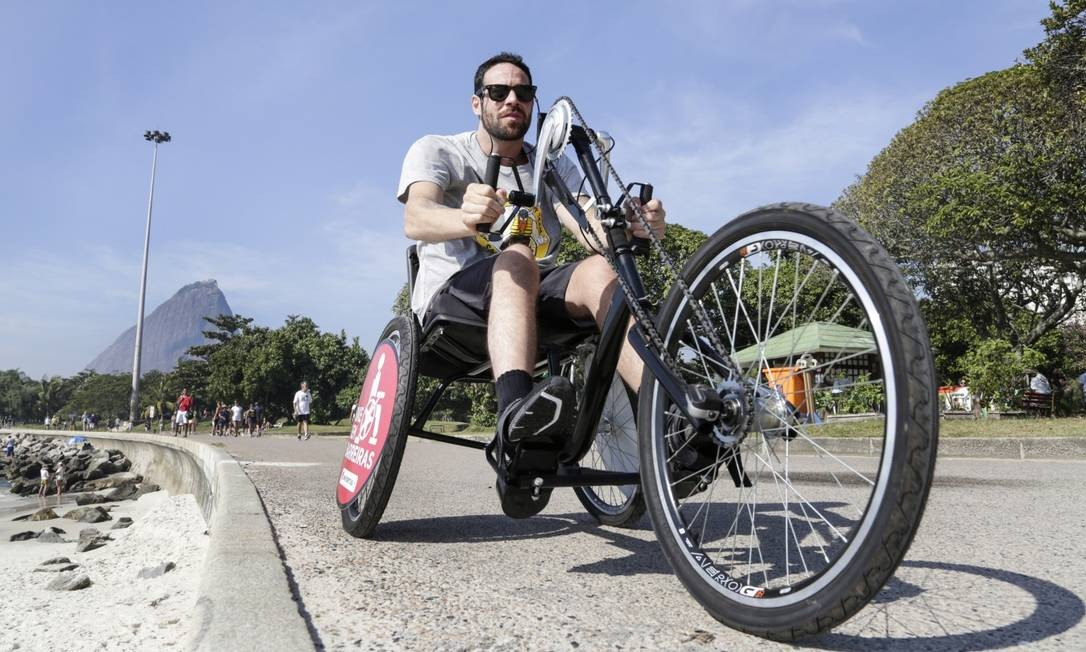 O projeto também disponibiliza bicicletas com pedais de mão, para pessoas com deficiência física ou mobilidade motora reduzida Foto: Marcos Ramos / Agência O Globo