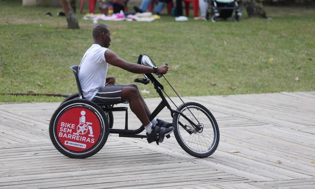 """As bicicletas manuais são chamadas pelos usuários de """"hand-bikes"""": a atividade no Aterro é assistida por estudantes de Educação Física e Enfermagem da Univeritas Foto: Fabiano Rocha / Agência O Globo"""