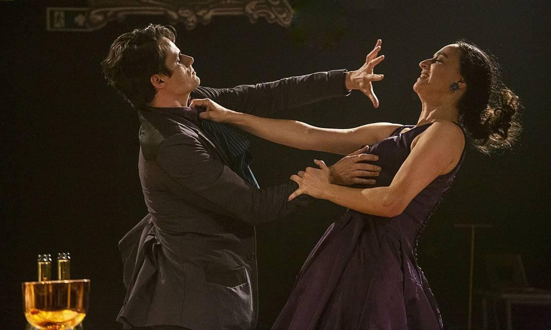 Os atores Odilon Esteves e Flávia Pyramo, em cena da peça 'Nastácia' Foto: Guto Muniz / Divulgação
