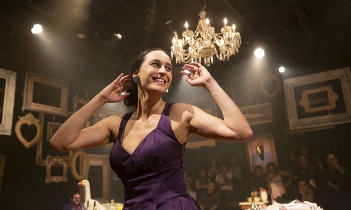 A atriz Flávia Pyramo, em cena da peça 'Nastácia' Foto: Guto Muniz / Divulgação