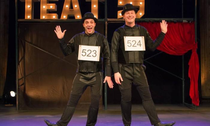 Marcelo Médici e Ricardo Rathsam, em cena da peça 'Teatro para quem não gosta' Foto: Jairo Goldflus / Divulgação