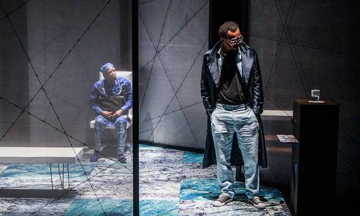 Cena da peça 'Embarque imediato', com Antonio Pitanga e Rocco Pitanga Foto: Leto Carvalho / Divulgação