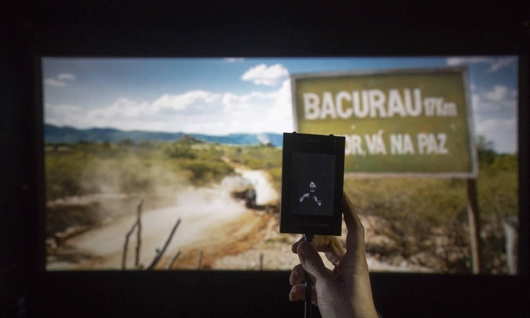 Recurso de acessibilidade com legenda em Libras em sala de cinema do Rio Foto: Ana Branco / Agência O Globo