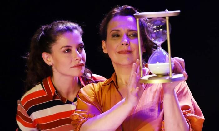 Alinne Moraes e Ana Beatriz Nogueira, em cena da peça 'Relâmpago cifrado' Foto: Guga Melgar / Divulgação