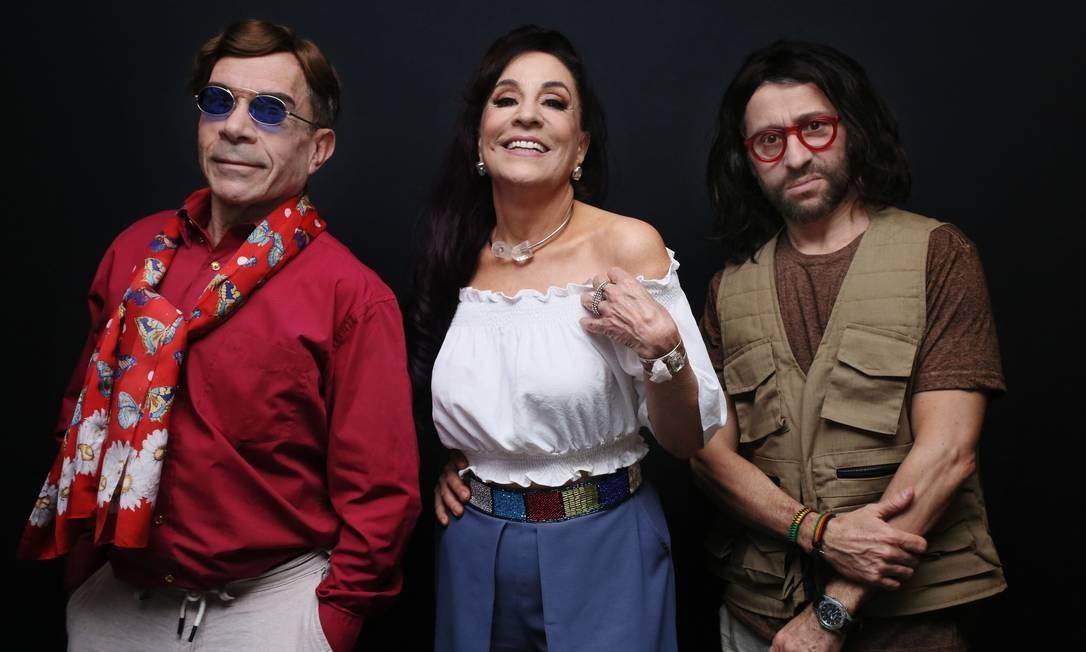 Os atores Ricardo Blat, Stella Miranda e Tadeu Melo, em cena da peça 'Feiki — É tudo mentira' Foto: Junior Adler / Divulgação