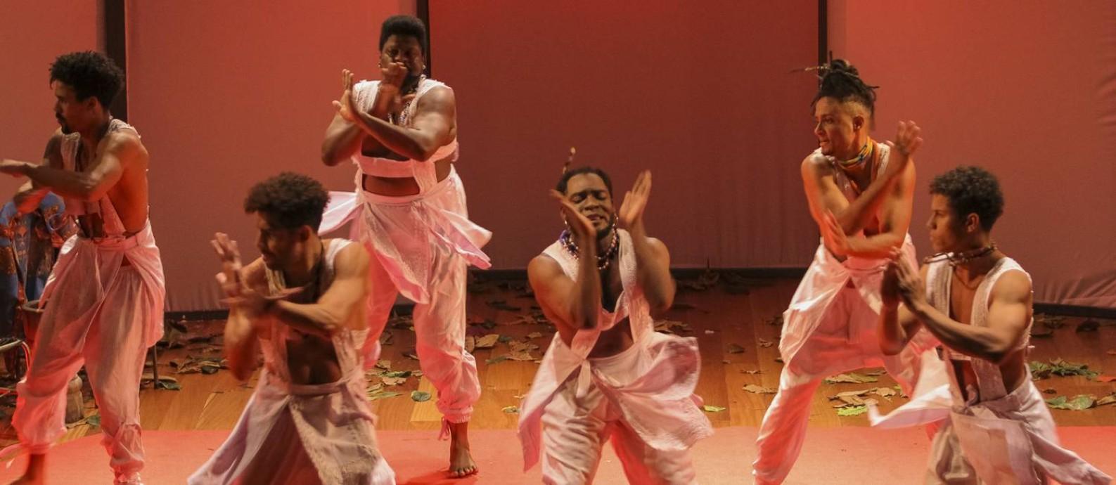 Cena da peça 'Oboró — Masculinidades negras' Foto: Julio Ricardo / Divulgação