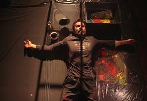 Gilberto Nascimento, em cena da peça 'Pós-Hamlet' Foto: Rafael Machado / Divulgação