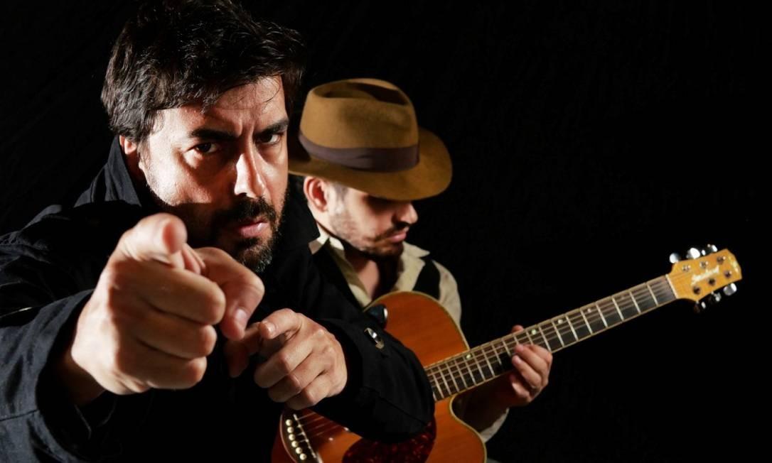 Gustavo Rodrigues e Tauã de Lorena, em cena da peça 'Billdog 2' Foto: Guarim de Lorena / Divulgação