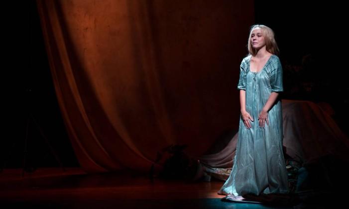 Sara Antunes, em cena da peça 'Leopoldina, independência e morte' Foto: Victor Iemini / Divulgação