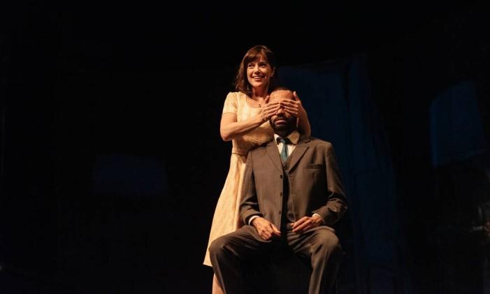 Natália Lage e Silvio Guindane, em cena da peça 'Perfume de mulher' Foto: Guto Costa / Divulgação
