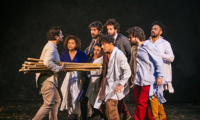 O elenco da Cia OmondÉ, em cena da peça 'Auto de João da Cruz' Foto: Rodrigo Menezes / Divulgação